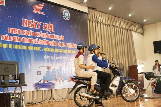 Sinh viên trường Cao đẳng Kỹ nghệ Dung Quất với ngày hội lái xe an toàn