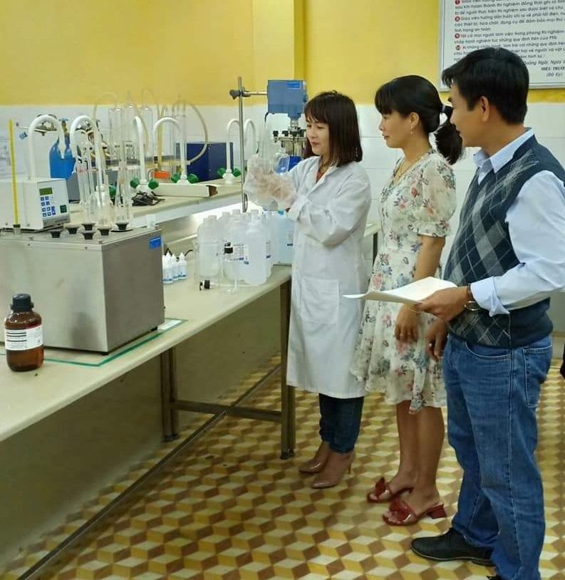 Giáo viên khoa công nghệ lọc hóa dầu pha chế dung dịch sát khuẩn